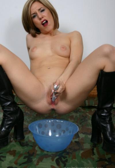 Женщина довела себя до оргазма самотыком 13 фото