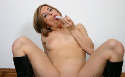 Женщина довела себя до оргазма самотыком 15 фото