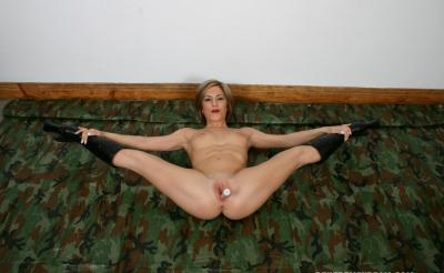 Женщина довела себя до оргазма самотыком 3 фото