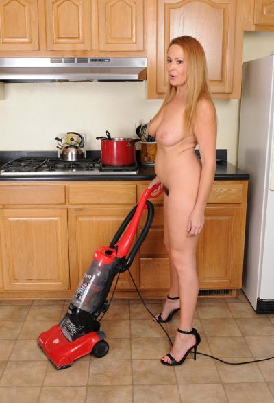 Женщина мастурбирует пылесосом 9 фото