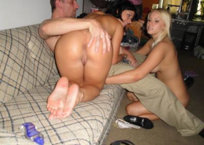 Домашний секс втроем с двумя лесбиянками 7 фото
