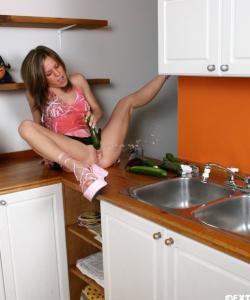 Муж заснял неоднократный сквирт жены на кухне