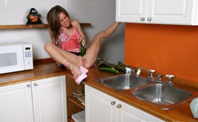 Муж заснял неоднократный сквирт жены на кухне 11 фото