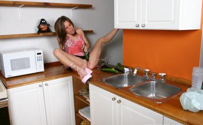 Муж заснял неоднократный сквирт жены на кухне 12 фото