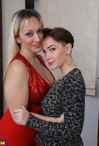 Две зрелые лесбиянки лижут дырочки 1 фото