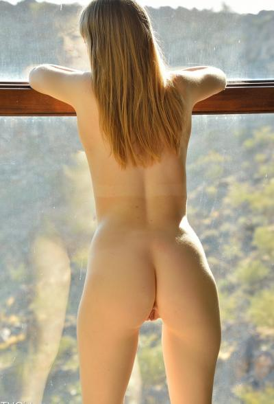 Молодая блондинка мастурбирует длинным огурцом 14 фото