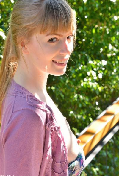 Молодая блондинка мастурбирует длинным огурцом 4 фото