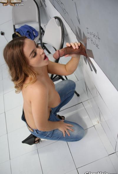 Сочная брюнетка трахает член через стену (глорихол) 10 фото
