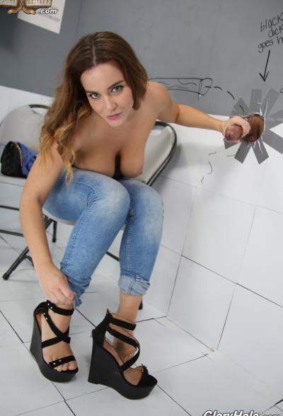 Сочная брюнетка трахает член через стену (глорихол) 12 фото