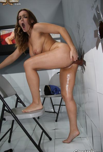 Сочная брюнетка трахает член через стену (глорихол) 16 фото