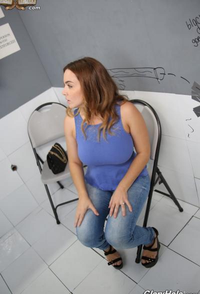 Сочная брюнетка трахает член через стену (глорихол) 6 фото