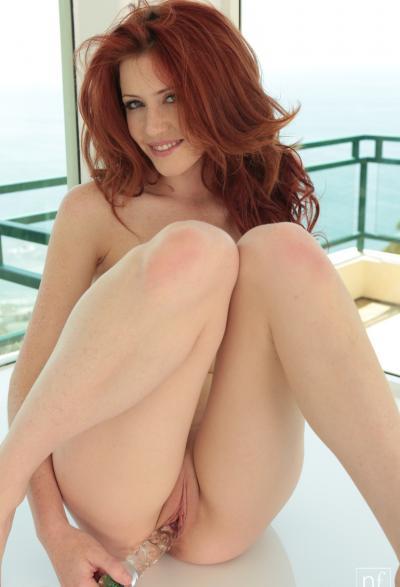Молоденькая рыжая девушка дрочит киску самотыком 9 фото