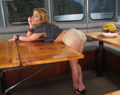 Привлекательная милфа мастурбирует на яхте 1 фото