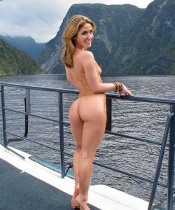 Привлекательная милфа мастурбирует на яхте