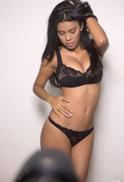 Фигуристая модель с большими дойками 2 фото