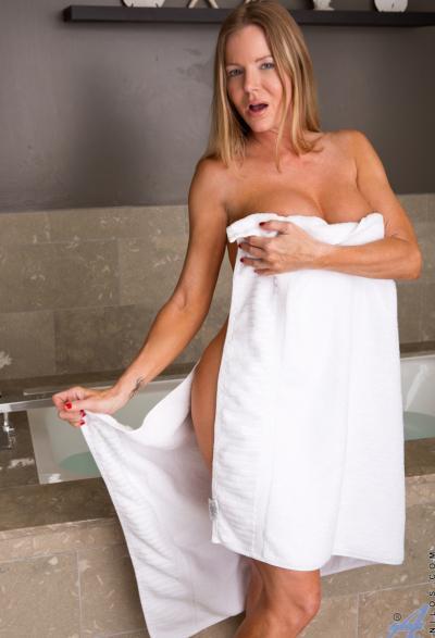 Зрелая блондинка занялась страстной мастурбацией 1 фото