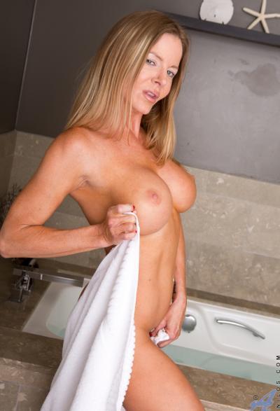 Зрелая блондинка занялась страстной мастурбацией 3 фото