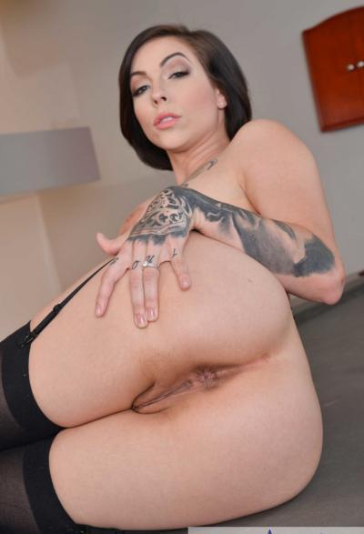 Сексуальная мамаша на бильярдном столе 17 фото