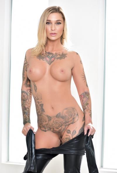 Блондинка в латексе показала татуировки 10 фото