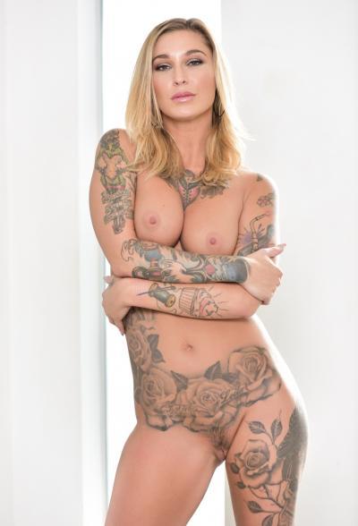 Блондинка в латексе показала татуировки 11 фото