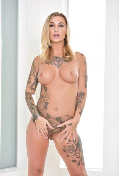 Блондинка в латексе показала татуировки 13 фото