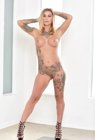 Блондинка в латексе показала татуировки 14 фото