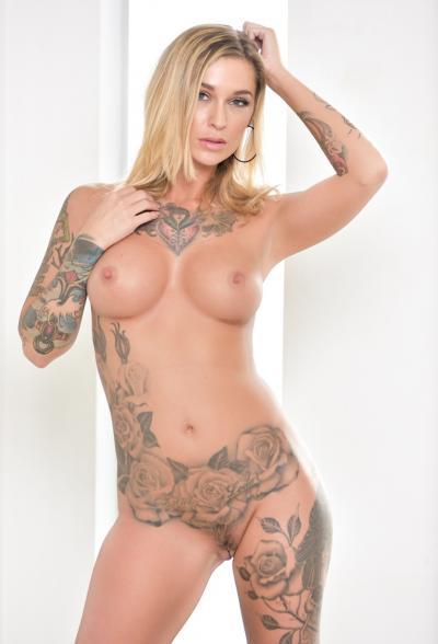 Блондинка в латексе показала татуировки 15 фото