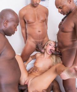 Группа негров жестко трахнули блондинку