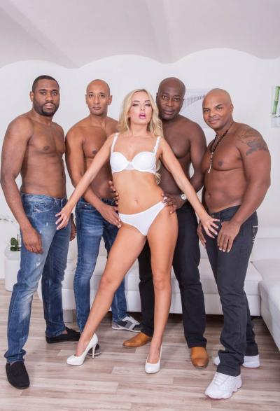Группа негров жестко трахнули блондинку 5 фото