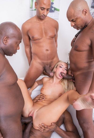 Группа негров жестко трахнули блондинку 9 фото