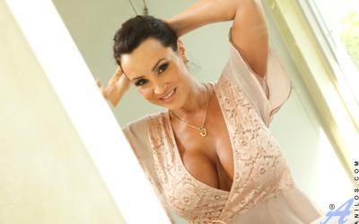 Милфа с огромными дойками принимает душ 1 фото
