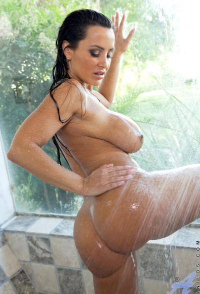 Милфа с огромными дойками принимает душ 10 фото