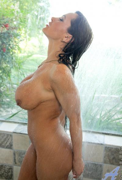 Милфа с огромными дойками принимает душ 9 фото