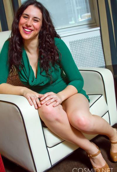 Секси брюнетка Marianna раздевается у себя дома 2 фото