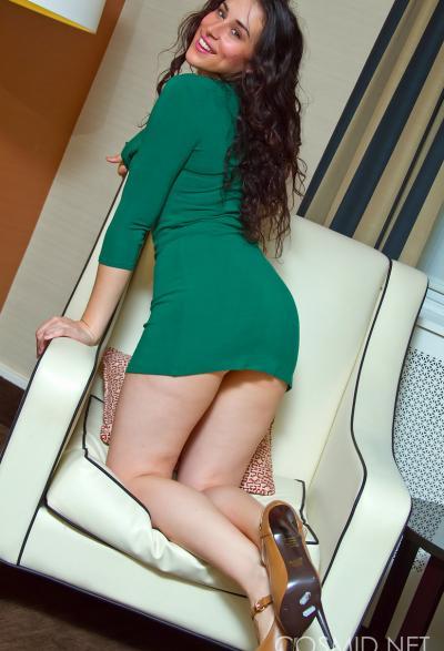 Секси брюнетка Marianna раздевается у себя дома 6 фото