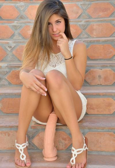 Молодая девушка мастурбирует массивным дилдо 9 фото