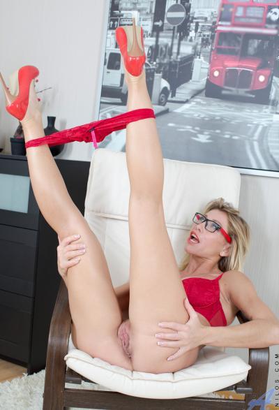 Блонда в очках раздвигает половые губы 5 фото