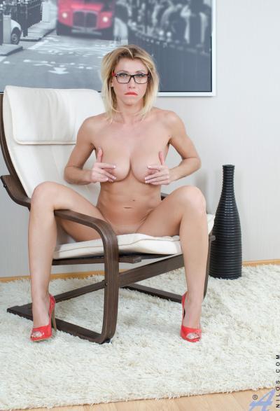 Блонда в очках раздвигает половые губы 6 фото