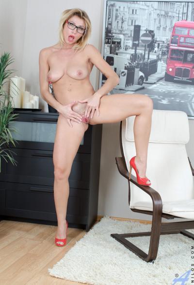 Блонда в очках раздвигает половые губы 7 фото