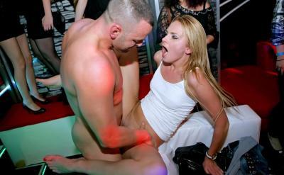 Вечеринка в ночном клубе с жестким сексом 10 фото