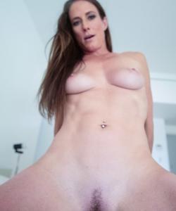 Кончил зрелой мамаше на грудь после секса