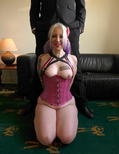 Зрелая блондинка показала киску и толстую жопу 12 фото