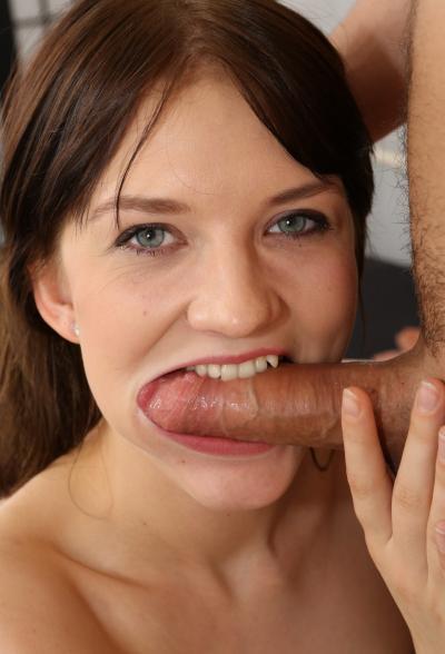 Брюнетка глотает сперму после анала 10 фото