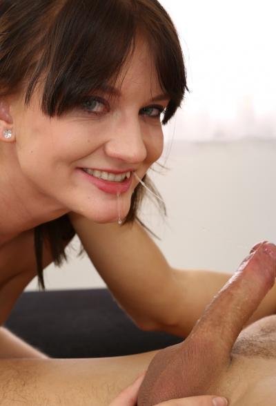 Брюнетка глотает сперму после анала 8 фото