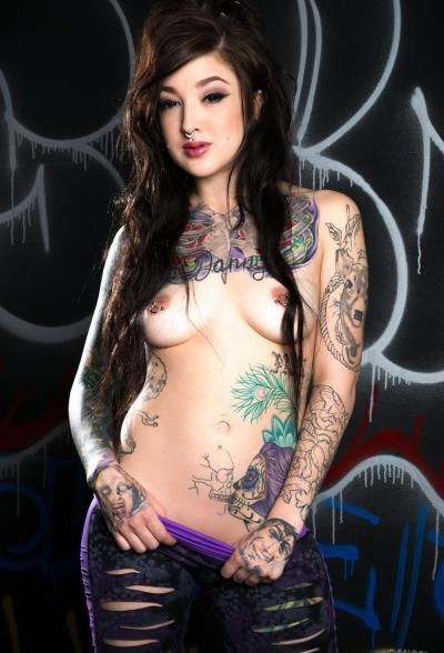 Татуированная брюнетка Kelsi Lynn 10 фото