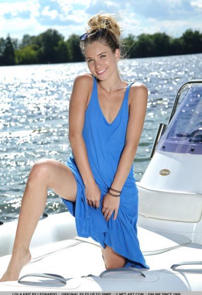 Модель Lola Krit разделась на яхте 1 фото