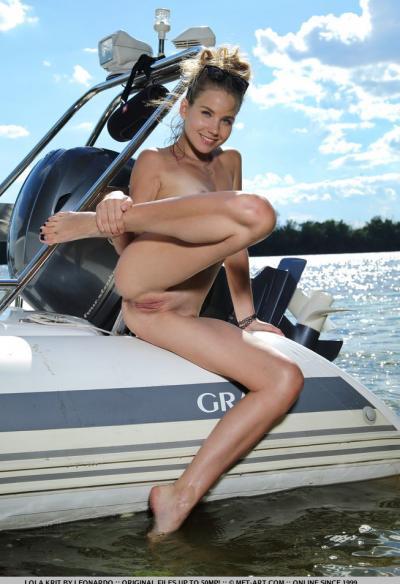 Модель Lola Krit разделась на яхте 12 фото