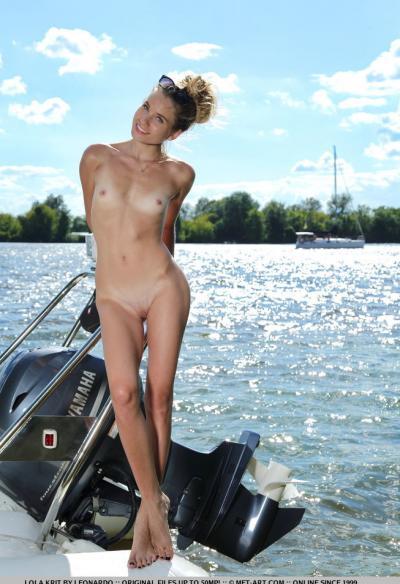 Модель Lola Krit разделась на яхте 15 фото