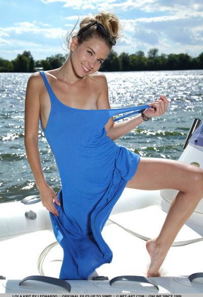 Модель Lola Krit разделась на яхте 2 фото