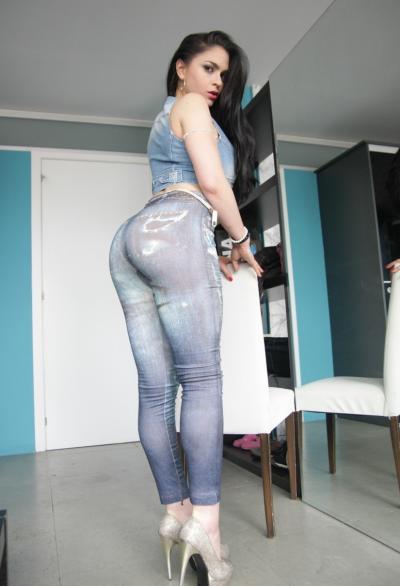 Брюнетка показала большую жопу в джинсах 5 фото